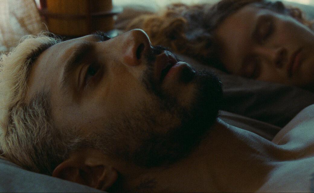 Photo extraite du film : Ruben, allongé dans un lit, les yeux ouverts